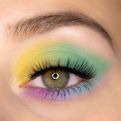 Buntes Augen Make-up mit der Morphe x Maddie Ziegler The Imagination Eyeshadow Palette aus 2020. Makeup Look Inspiration für jede Jahrezeit mit dieser großen günstigen Lidschattenpalette.