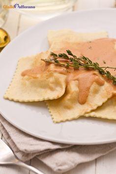 Il ripieno dei ravioli di pesce (seafood ravioli) è preparato con salmone e…