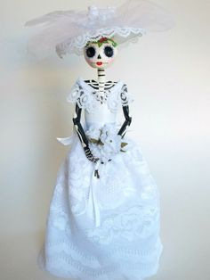 Elegant Bride Paper Mache Mexican Catrina Doll by LaCasaRoja Paper Mache Diy, Paper Mache Paste, Mexico Day Of The Dead, Dark Mermaid, Dress Form Mannequin, Monster Dolls, Clothespin Dolls, Doll Painting, Elegant Bride