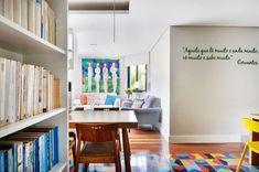 Você gosta de cor? Se gosta, vais adorar a decoração deste apartamento. Tem de tudo, um pouco. Tem ares modernistas, tem cobogós esmalta...