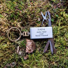 Schlüsselanhänger Papa mein Held | | GUFRU  #vatertag #vatertag2020 #vatertaggeschenk #geschenkideen Held, Place Cards, Place Card Holders