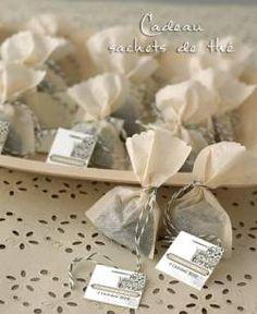 CADEAUX POUR LES INVITES  Sachet de thé personnalisé  Choisissez le thé que vous aimez, une jolie étiquette et le tour est joué ! Un cadeau original et so good !