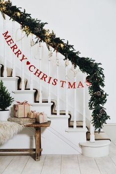 Christmas decorating ideas | Christmas decor for the stairway