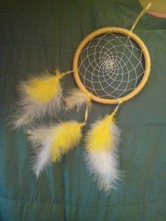 žlutý lapač snů  Kruh 13 cm délka 30 cm s pírky