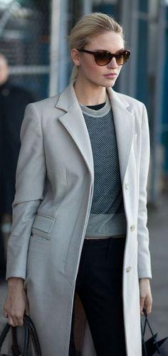 PROCURAR! calça parece ajustada. casaco serve como paletó e pode ser encurtado, se necessário. boa ideia do conjunto geral.