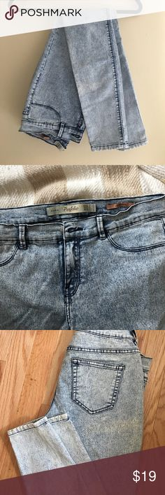 Zara trafaluc jegging Stretchy acid wash jeggings. Inside tag removed. Fake pockets in front with real pockets in back Zara Jeans