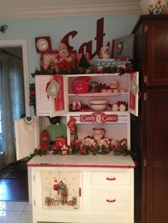 Farmhouse Christmas | Farmhouse Christmas Style / Christmas Kitchen Hoosier