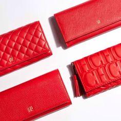 Carolina Herrera wallets in signature bold red. Dicen que debe ser roja para que nunca falte el $ ¿no?