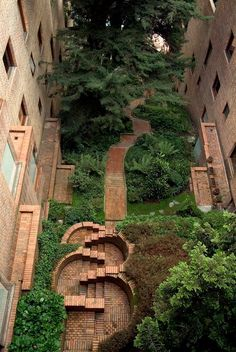 amazing residential courtyard / Edificio Alto de los Pinos - Rogelio Salmona