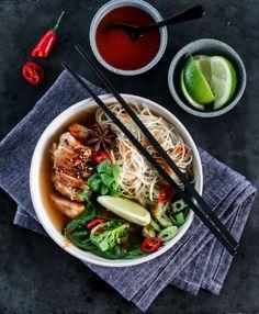 ASIATISK NUDELSUPPE MED KYLLING   TRINES MATBLOGG Deli, Ramen, Veggies, Soup, Chicken, Dinner, Ethnic Recipes, Noodle Soup, Dining