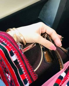 Hand Pictures, Cool Girl Pictures, Girl Photos, Hand Pics, Lovely Girl Image, Beautiful Girl Photo, Girls Image, Beautiful Horses, Balochi Girls
