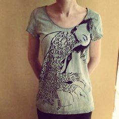 T-shirt calligramma stampa serigeafica e tinture con colori naturali ad acqua.