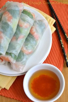 How to make Spring Rolls - Step by Step Recipe. Shrimp, cucumber, green onions, carrots, cilantro, lettuce... So many filling options.