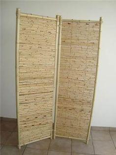 Um biombo de bambu é um item decorativo muito legal para colocar na sala de estar ou no hall de visitas. Esta ornamentação irá dar um charme a mais em sua residência e dependendo dos itens que você usa em sua casa, ele poderá realçar e dar mais suavidade ao ambiente.