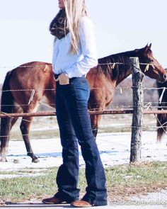 womens western jeans outfit with square toe ariat boots womens western jeans outfit with square toe ariat boots Cowgirl Outfits For Women, Cowboy Boot Outfits, Winter Boots Outfits, Western Wear For Women, Western Outfits, Outfit Winter, Jeans West, Outfit Jeans, Western Jeans