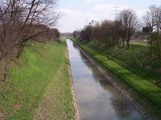 Emscher Fluss in Holzwickede, Nordrhein-Westfalen Die Emscher ist ein 83,1 Kilometer langer, rechter Nebenfluss des Rheins im Ruhrgebiet. Sie war mit ihrem Einzugsgebiet Flusslandschaft des Jahres in den Jahren 2010 und 2011. Wikipedia Länge: 84 km Abfluss: 16 m³/s Quellhöhe: 160 m Quelle: Ruhrgebiet Mund: Rhein Land: Deutschland Brücken: Schnettkerbrücke