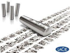 """A LaCie descreve seu novo flash drive Xtremkey como """"o USB flash drive mais aventureiro do mundo""""! O Xtremkey é construído com """"zamac"""", uma liga metálica composta de zinco, alumínio, magnésio e cobre, tão forte, que pode suportar a pressão de um caminhão de 10 toneladas ou quedas de 5 metros de altura. O flash drive pode ser submerso até 100 metros de profundidade e aguenta temperaturas de -50°C a +200°C."""