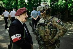 Polish JWK Operator with a Polish World War 2 veteran. North Hollywood Shootout, Self Propelled Artillery, Poland History, Army Quotes, Military Special Forces, South Vietnam, War Dogs, Military History, World War