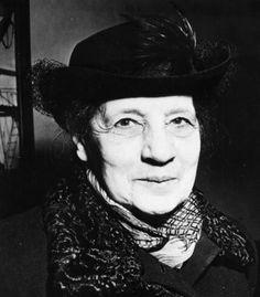"""""""Lise Meitner nació en la Viena del Imperio Austrohúngaro, hoy Austria, en el año 1878 y falleció en 1968. Fue una física con un amplio desarrollo en el campo de la radioactividad y la física nuclear, siendo parte fundamental del equipo que descubrió la fisión nuclear, aunque solo su colega Otto Hahn obtuvo el reconocimiento."""" (Fuente: ojocientifico.com)"""