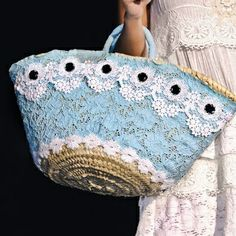 Risultati immagini per capazos decorados con crochet Summer Handbags, Summer Bags, Straw Handbags, Handmade Handbags, Handmade Bags, My Bags, Purses And Bags, Diy Sac, Ethnic Bag