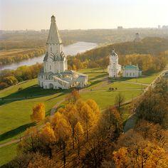 antigua residencia de la época zarista, una hacienda del siglo XVIII o algo así. Palacios, jardines, huertos de árboles frutales, estatuas y más palacios