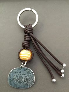 """Llavero """"Mamá eres la mejor""""                                                                                                                                                      Más Wire Crafts, Jewelry Crafts, Cool Keychains, Beaded Purses, Friendship Bracelet Patterns, Key Fobs, Leather Jewelry, Jewelry Design, Jewelry Making"""