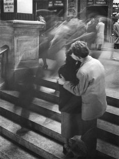 I like how the slow shutter speed has been used to isolated the two kissing figures: it has placed them in their own moment, as if the rest of the world around them is irrelevant. Baiser Passage Versailles, by Robert Doisneau 1950 Robert Doisneau, Photos Du, Old Photos, Famous Photos, Vintage Photography, Street Photography, Motion Photography, Slow Shutter Speed Photography, Photography Couples