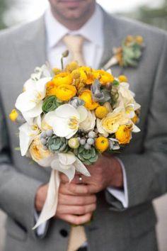Ramo de novia amarillo    Fotografía por Larissa Cleveland. Diseño de Alena Jean