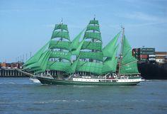 """Das in Polen zu einer Bark umgebaute ehemalige Reservefeuerschiff """"Weser"""" nimmt als """"Alexander von Humbold"""" an der Windjammerparade 1995 teil. Aufnahme aus dem Jahr 1995."""
