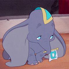So sad dumbo Walt Disney, Disney Pins, Disney Love, Disney Magic, Disney Art, Dumbo Disney, Elefante Dumbo, Baby Dumbo, Cry Like A Baby