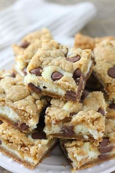 A creamy cheesecake layer between the perfect cookie dough, filled with milk chocolate chips, so yummy. These are the best chocolate chip cookie cheesecake bars you can make! Chocolate Chip Cookie Cheesecake, Chewy Chocolate Chip Cookies, Chocolate Chips, Chocolate Ganache, Desserts Keto, Dessert Recipes, Top Recipes, Dessert Oreo, Cookie Recipes