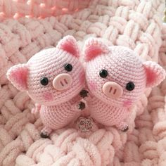 Free amigurumi pattern for a cute crochet pig toy. The height of finished pig is about 16 cm Do you like this sweet crochet pig? Right here you can see how to make this amigurumi pig. To create a 6 inch pig doll you will need Jeans yarn and mm crochet hoo Crochet Pig, Chat Crochet, Crochet Mignon, Crochet Patterns Amigurumi, Amigurumi Doll, Crochet Animals, Crochet Crafts, Crochet Dolls, Crochet Projects