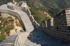 Die Chinesische Mauer ist das größte Bauwerk der Welt. Bereits im 7. Jahrhundert vor Christus begann der Bau von Teilstücken der Mauer. Sie diente vor allem als Schutz vor feindlichen Armeen aus dem Norden.