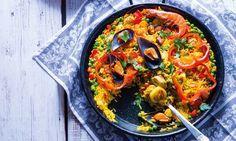 A paella mista é uma receita típica da gastronomia espanhola que combina arroz, marisco, carne e legumes cozinhados num caldo de vegetais e açafrão.