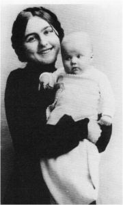1905 Käthe Kruse & daughter Mimerle, the inspiration for her doll making.