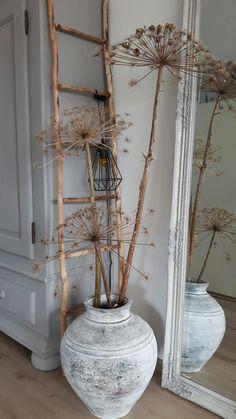 De grandes fleurs séchées agrémentent un pot ancien Decor Room, Bedroom Decor, Wall Decor, First Apartment Decorating, Apartments Decorating, Dry Plants, Deco Boheme, Modern Ceiling, Ceiling Design