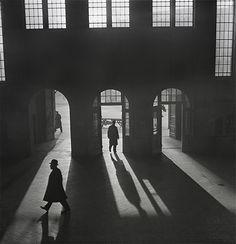 """Roman Vishniac : """"Hall de gare"""", Anhalter Bahnhof, près de Potsdamer Platz, Berlin (1929-début des années 1930)"""