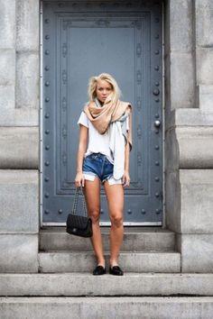 Weißes T-Shirt kombinieren: Frühlingshaft mit Shorts, Schal und Loafers