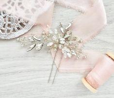 Нежная шпилька идеально дополнит текстурный низкий пучок невесты Нравится легкие акценты? Ставьте ❤️, забирайте в закладки . На неё меня вдохновило все, начиная с серёжек, вышивки на платье, заканчивая невероятными текстурными прядками прически ❤️ В общем, это был тот момент, когда начиная делать, ещё не знаешь что выйдет Как итог - один из самых любимых результатов ✨ _____ Милые невесты, не бойтесь заказывать украшения на заказ Получается , созданный специально для вас ☺️ Тем бо...