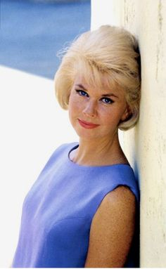"""Hollywood legend Doris Day posed for photographer, Milton Greene in a structured lavender dress and a perfectly coiffed bob in 1962 while filming, """"That Touch of Mink"""", co-starring Cary Grant. Hollywood Stars, Old Hollywood, Golden Age Of Hollywood, Hollywood Glamour, Classic Hollywood, Hollywood Girls, Milton Greene, Old Movie Stars, Classic Movie Stars"""