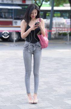 微博 Sexy Jeans, Skinny Jeans, China Fashion, Daily Fashion, Fashion Pants, Girl Fashion, China Mode, Skinny Asian, Asian Model Girl
