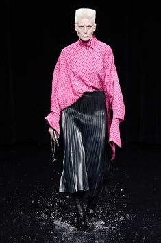 Balenciaga Fall 2020 Ready-to-Wear Fashion Show - Vogue Vogue Paris, Balenciaga Spring, Casual Winter Outfits, Fashion Show Collection, Models, Mannequins, Runway Fashion, Paris Fashion, Luxury Fashion