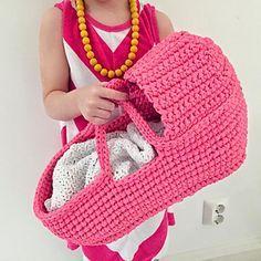 Free crochet pattern! :) http://www.ravelry.com/patterns/library/dolls-carry-basket