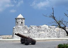 San Salvador de la Punta Fortress was constructed in 1590 and in 1629 on the shore opposite to the Castle of El Morro and at the beginning of the curve of El Malecon right at the harbor entrance
