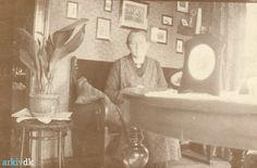 arkiv.dk | Marie Houe Mærsk i sin stue, ca. 1930
