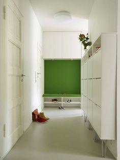 KNALL VELKOMST: Entreen tar mykt imot meden innebygget, polstret sittebenk før denleder videre inn i stuen. Løsningen ertegnet av arkitekt Espen Surnevik.