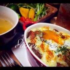 二日目のカレーは安定のドリアに('ω') 卵とチーズがトロ〜としてていいかんじでした☻ サラダとオニオンスープと。 - 26件のもぐもぐ - 二日目のカレードリア by kurinayoshlBu