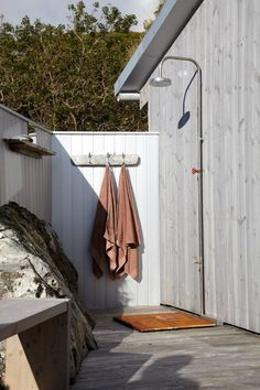 How To Build an Outdoor Shower in Your Garden Outdoor Baths, Outdoor Bathrooms, Outdoor Spaces, Outdoor Living, Outdoor Decor, Outdoor Shower Inspiration, Outside Showers, Outdoor Showers, Beach Patio