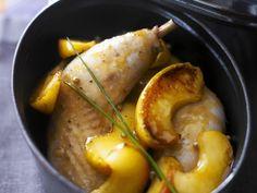 Geschmorte Hähnchenschenkel mit Apfelschnitzen ist ein Rezept mit frischen Zutaten aus der Kategorie Hähnchen. Probieren Sie dieses und weitere Rezepte von EAT SMARTER!