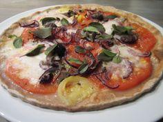 Mockzarella-Pizza mit veganem, selbstgemachtem Mozzarella-Käse, Tomaten, Oliven, Vollkornpizzateig, vegan, laktosefrei, eifrei
